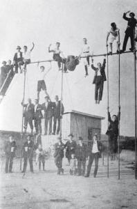 """Als Turnplatz wurde 1863 """"die Kahlstatt"""" - heute Sportplatzstraße - ausgewählt. Ein Klettergerüst aus Holz war das erste Turngerät."""