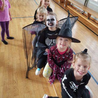 Geister, Hexen und Skelette in der Turnstunde